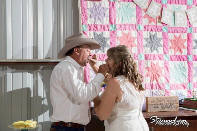woode's wedding poteet eating cake