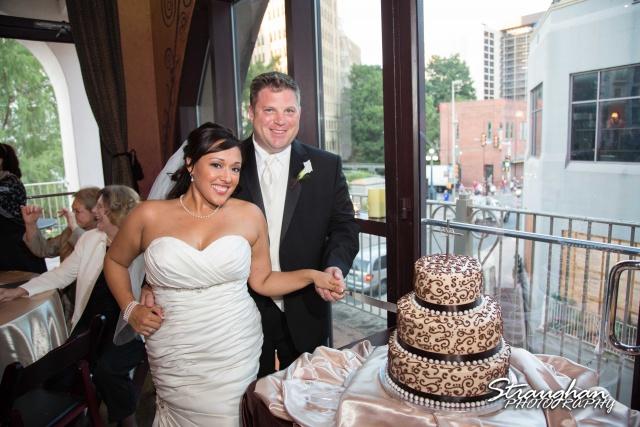 Anna wedding riverwalk San Antonio cake cutting