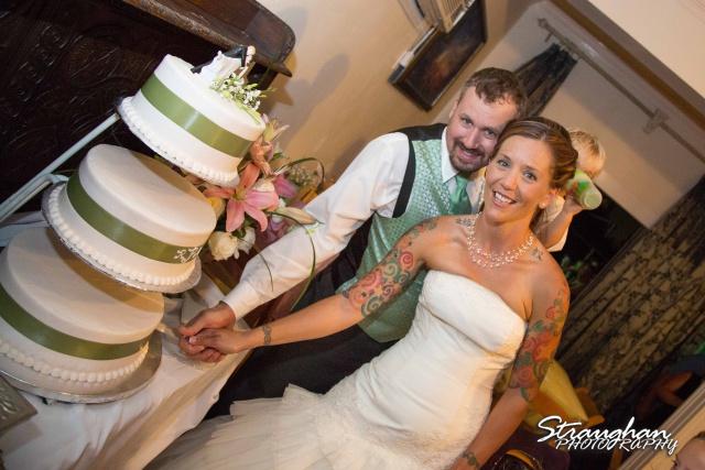 Sheehan wedding Inn on the riverwalk cake cutting
