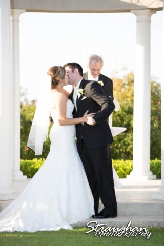 Erin Wedding Gardens of Cranesbury View wedding kiss