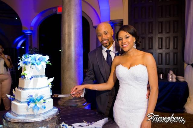 Liris wedding Club at Sonterra cake cutting smiling