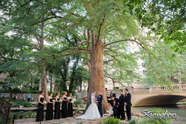 Laura wedding Hotel Contessa ceremony under the tree