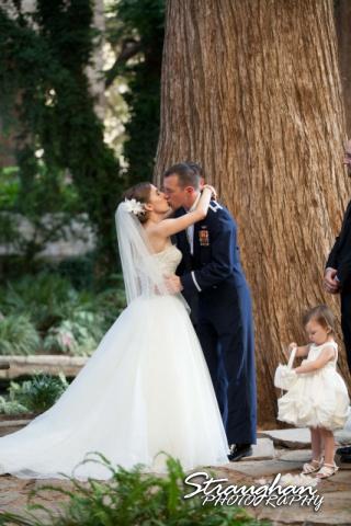Laura wedding Hotel Contessa kiss