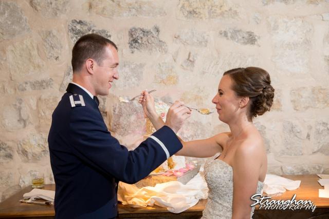 Laura wedding Hotel Contessa cake cutting