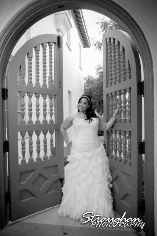 Sciobahn bridal Landa Library black and white in gate